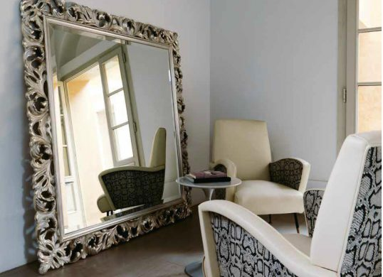 Spiegel in der Wohnhalle